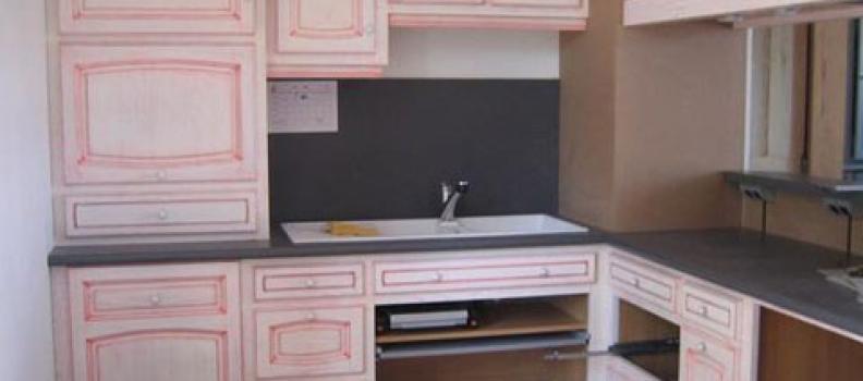 cuisine en chataignier cérusé blanc et rouge fabriquer dans notre atelier à Fontenay 27