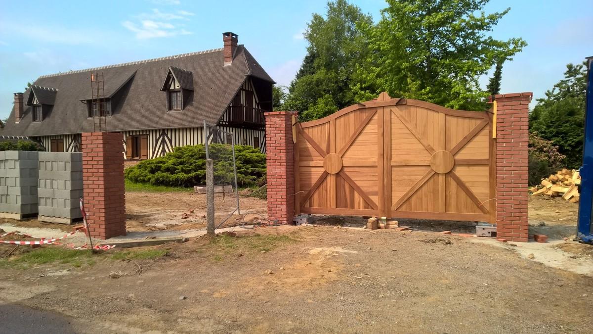 Fabrication d'un portail en chêne brun en chapeau de gendarme proche Lisieux 14 et Pont-Audemer 27
